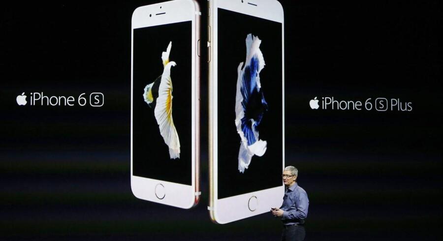 Apple-topchef Tim Cook foran et billede af de nye iPhone 6S og iPhone 6S Plus, der har samme mål som sidste års modeller. Foto: Monica Davey, EPA/Scanpix