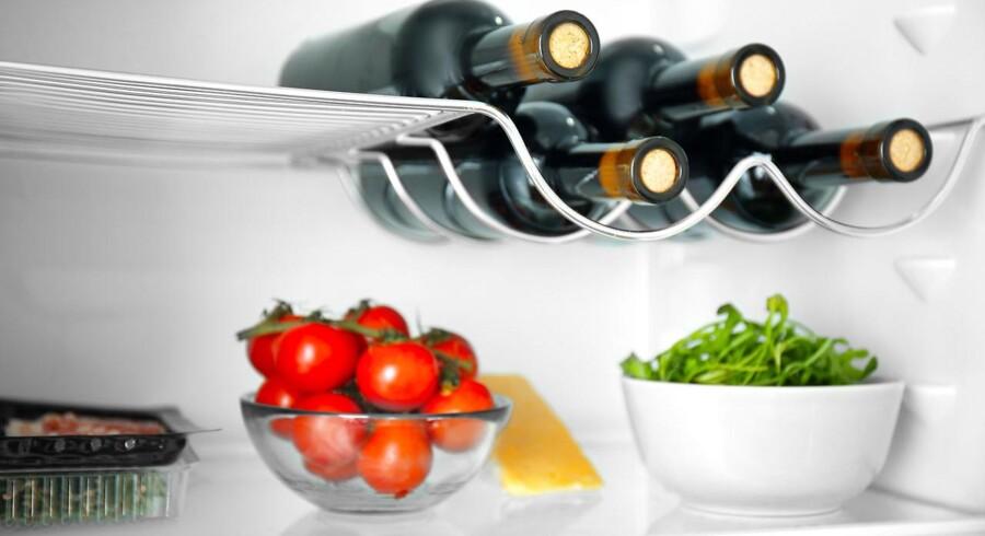 Vinen skal ikke ligge længere tid i køleskabet, end det tager at køle den ned til ønsket serveringstemperatur.