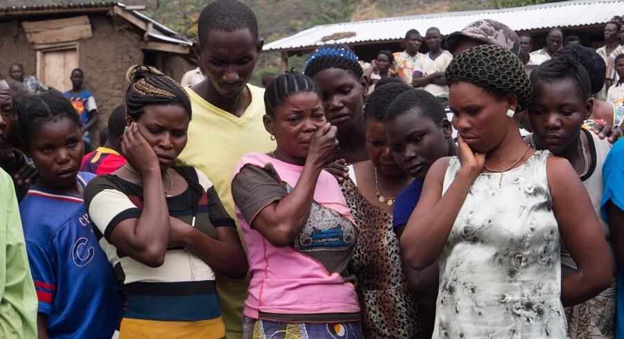 I marts 2014 omkom 251 mennesker i en færgekatastrofe på Albertsøen, der ligger på grænsen mellem DRCongo og Uganda. Her ses nogle af de pårørende til de mange omkomne. Scanpix/Michele Sibiloni/arkiv