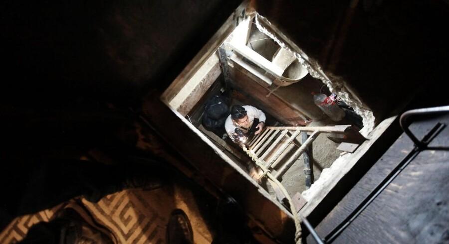 I det, der lignede et ganske almindeligt og uskyldigt klædeskab, har mexicansk politi fundet indgangen til en ufærdig underjordisk tunnel.Politiet formoder, at mexicanske bander ville bruge tunnellen til at smugle narkotika under grænsen til USA.