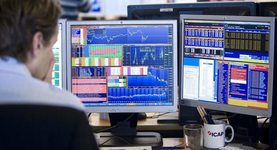 Novozymes-aktien er den klart mest faldende i eliteindekset med sit dyk på 12,5 pct. til 250,40 kr. efter morgenens skuffende regnskabstal.