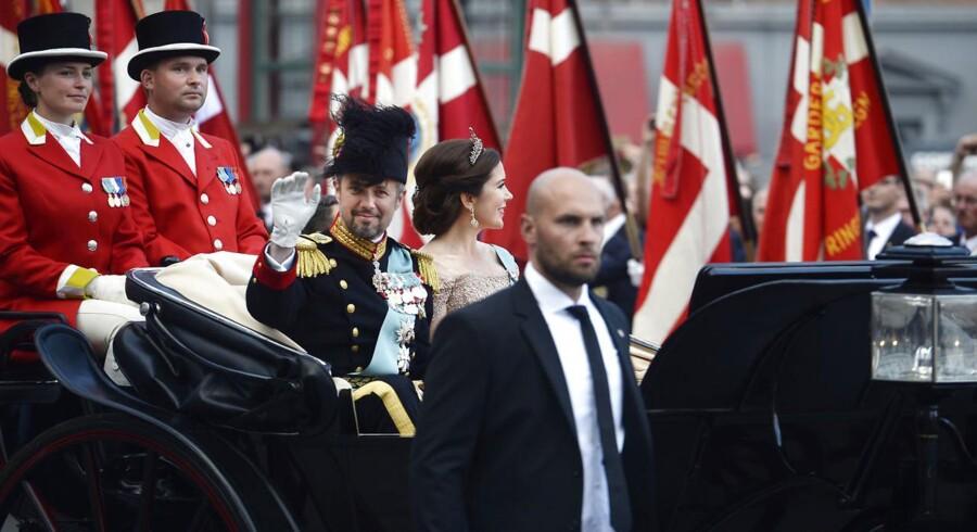 Kronprins Frederik og kronprinsesse Mary kører til Gallataffel fra Amalienborg til Christiansborg med karet fra Den Kongelige Stald Etat med eskorte af Gardehusarregimentets Hesteskadron i København, lørdag den 26. maj 2018.