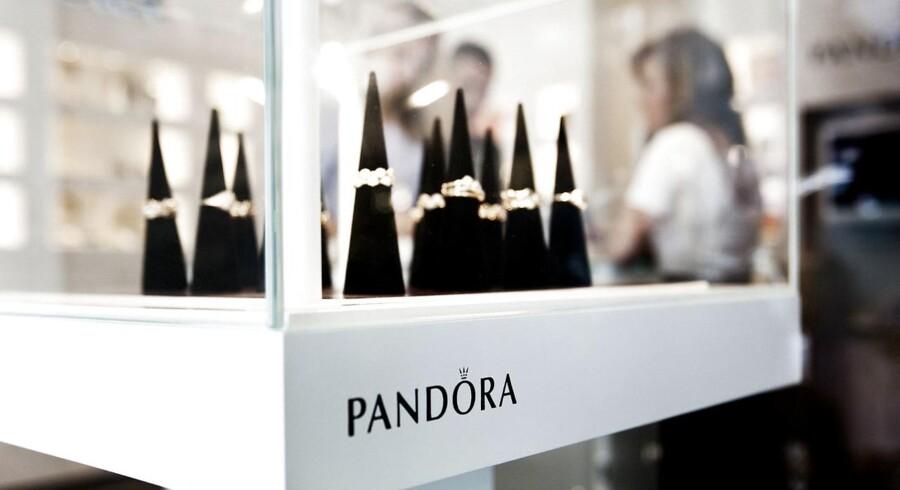 Investorerne ser ud til at være i godt humør mandag morgen forud for børsåbningen, hvor Pandora dog kan løbe med negativ opmærksomhed, efter at en storbank har sænket kursmålet for aktien.