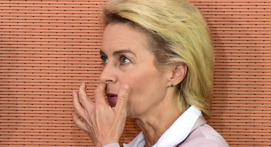 Forsvarsminister Ursula von der Leyen er af iagttagere blevet set som et godt bud på en kommende CDU-formand. Skulle hun have ambitionen, må den drøm siges at være bristet, såfremt der er hold i plagiatanklagen. Foto: John MacDougal/AFP