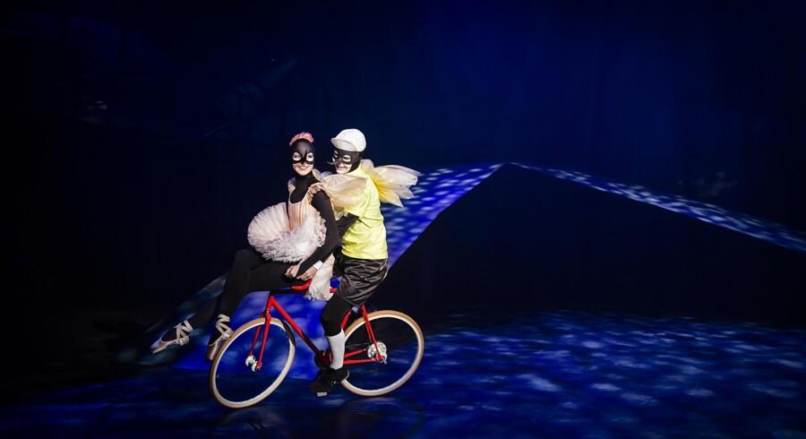 Kinesiske Chenying Lu som cirkusprinsessen Tommelise og David Schnabel som cykelmyggen Egon svirrer forgæves rundt på Østre Gasværk. Forestillingen »Cykelmyggen Egon møder Tommelise« lider under en mangel på en historie og figurer, børnene for alvor kan engagerer sig i. Foto: Oliver Grubb Hoffmeyer