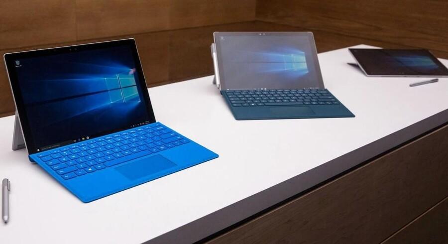 Den nye Surface Pro 4 er - sammen med Microsofts første, egen bærbare PC - først blevet lanceret efter onsdagens regnskabsperiode men skal rette op på et vigende Surface-salg. Arkivfoto: Andrew Burton, Getty Images/AFP/Scanpix