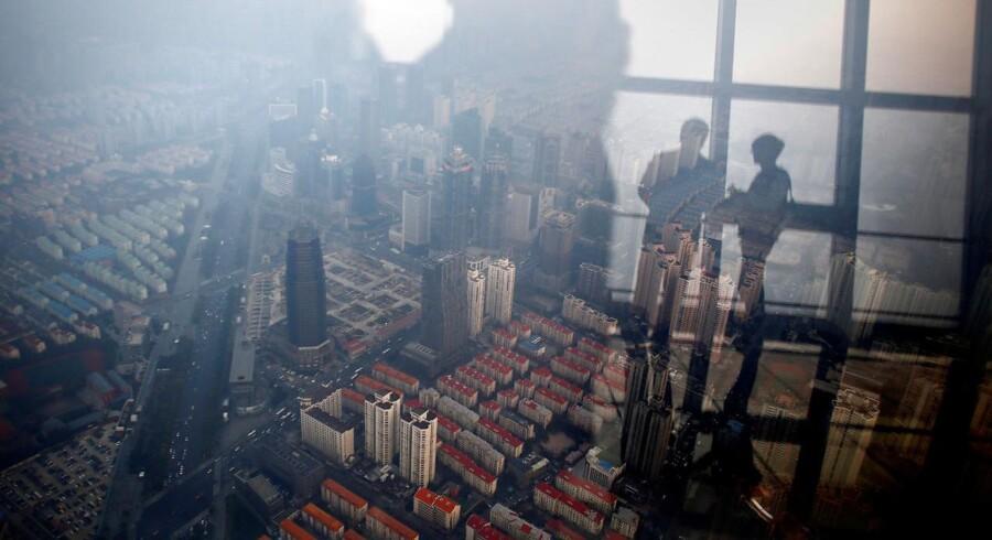 PFA søger i ly, før en stor boligboble i Kina brister. De store prisstigninger og det enorme overudbud på erhvervsejendomme og boliger i Kinas storbyer har fået PFA til at advare investorerne om en mulig gældsfælde.