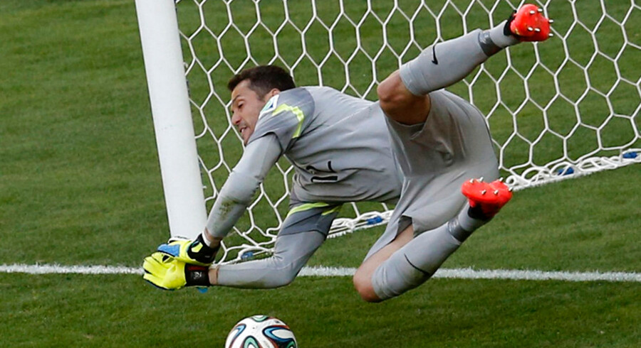 Brasiliens målmand Julio Cesar blev den store straffehelt. Her redder han et forsøg fra 11-meterpletten fra Chile-stjernen Alexis Sanchez.