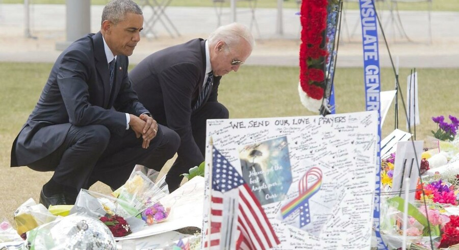 Den amerikanske præsident Barack Obama og vicepræsident Joe Biden lægger blomster for ofrene af skyderiet på natklubben Pulse.