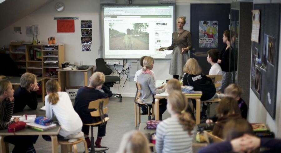 Lange skoledage og mange elever i klassen får forældre til at takke nej til folkeskolen, siger Lærerforeninge