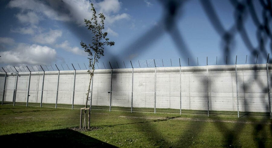 Siden slutningen af 2017 er antallet af indsatte i de danske fængsler og arresthuse steget. En af de grupper, der er blevet flere af, er bandemedlemmer. Med vedtagelsen af bandepakkerne og en skærpelse af straffen for en række forbrydelser har man fået over 400 bandemedlemmer bag tremmer. Det er så mange, at man har indrettet en hel bandeafdeling i det nye Storstrøm Fængsel (billedet), hvor det ellers ikke var meningen, bandemedlemmer skulle afsone. Foto: Mads Claus Rasmussen/Scanpix 2017.