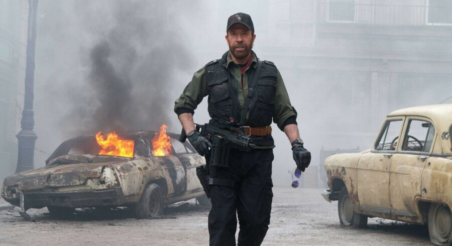 Den 75-årige amerikanske skuespiller Chuck Norris har reddet verden utallige gange – blandt andet her i actionfilmen »The Expendables 2« fra 2012. Nu er den ærkerepublikanske filmhelt på banen igen og parat til at kæmpe mod USAs hær, som han er overbevist om har planer om at invadere Texas. Foto fra filmen