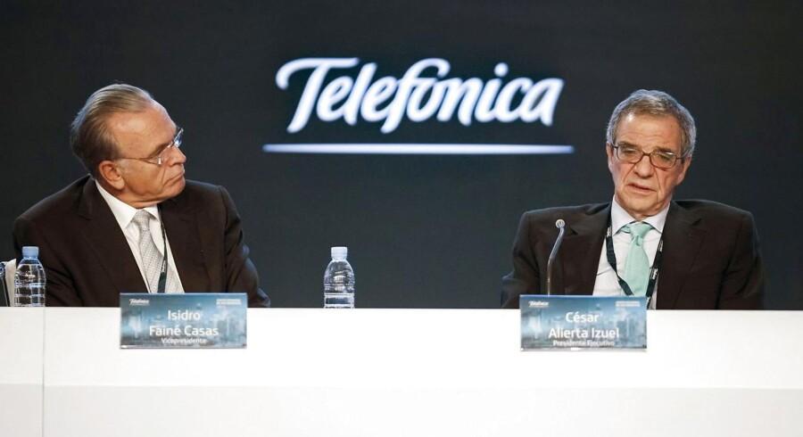 Telefonica har fået godkendt købet af E-Plus. Her ses bestyrelsesformand Cesar Alierta (th) sammen med vicepræsident Isidre Faine til generalforsamling i Madrid d. 30 maj.