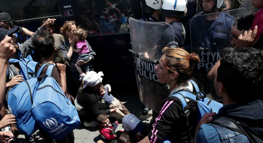 På den græske ø Lesbos protesterede flygtninge og migranter i slutningen af maj mod forholdene i flygtningelejren Moria. Nu søger den danske regering støtte i EU til forslag om at samle afviste asylansøgere i sikre tredjelande uden for EU.
