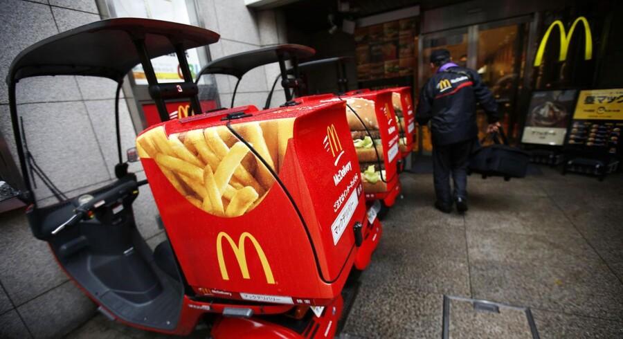 Den amerikanske fastfoodgigant McDonalds har færre kunder i restauranterne, hvilket har ført til en tilbagegang i salget og indtjeningen.