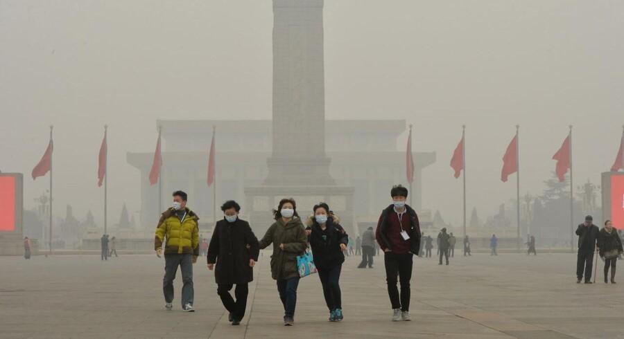 Den kinesiske hovedstad Beijing er ramt af kraftig luftforurening, og flere bruger ansigtsmasker som beskyttelse.