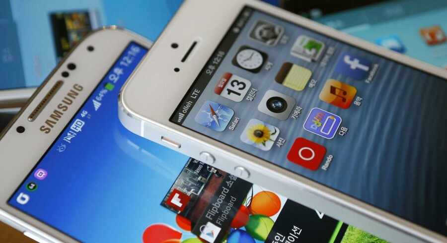 Apples iPhone 5 (øverst) og Samsungs Galaxy S4 er dagens toptelefoner og sælger i overvældende stor stil. Derfor slås de to giganter i retten verden over for at fastholde deres teknologiske og designmæssige forspring. Arkivfoto: Kim Hong-Ji, Reuters/Scanpix