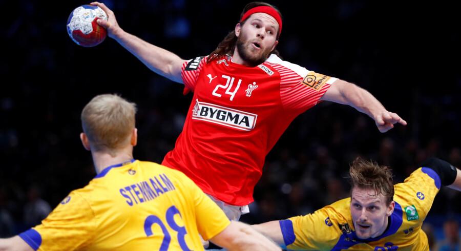 Mikkel Hansen er utilfreds med sit holds uinspirerede indledning på anden halvleg mod Sverige. Reuters/Gonzalo Fuentes