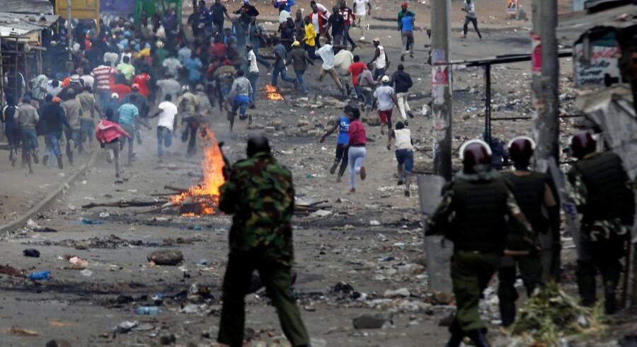 Kampklædt politi har været talstærkt i gaderne og brugt både skarpladte våben og tåregas mod demonstranterne.