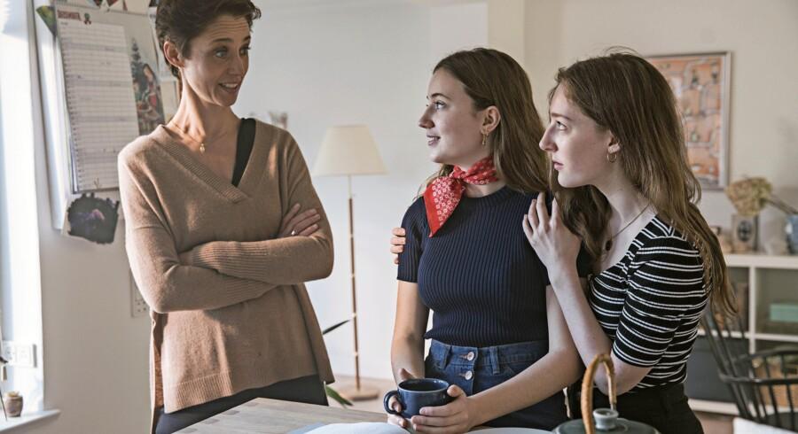 Mens vi venter: Mor (Christine Albeck Børge) og tennagedøtrene (Fanny Bornedal og Caroline Vedel Larsen) i »Den anden verden«. Foto: Per Arnesen