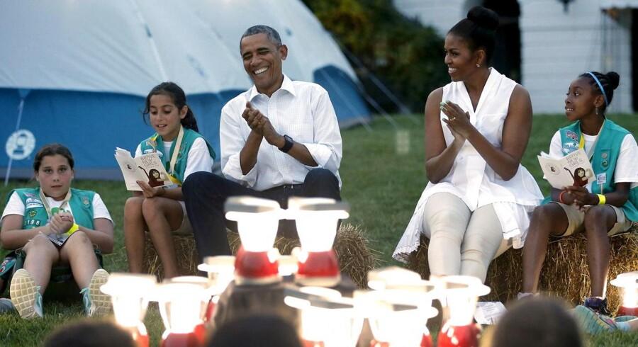 """Godt nok er den amerikanske præsident, Barack Obama ikke rejst over alle bjerge for at komme på en afslappende campingferie. Nej, camping""""ferien"""" foregår såmænd i haven, hvor han og hustruen Michelle Obama har inviteret pigespejdere til at spendere natten i telte på den sydlige plæne foran Det Hvide Hus. V.I.P.-Invitationen er en symbolsk fejring af den amerikanske spejderbevægelse og den nationale park service.Klik videre for flere søde billeder af hr. og fru Obama i rollen som """"campister for en dag""""."""