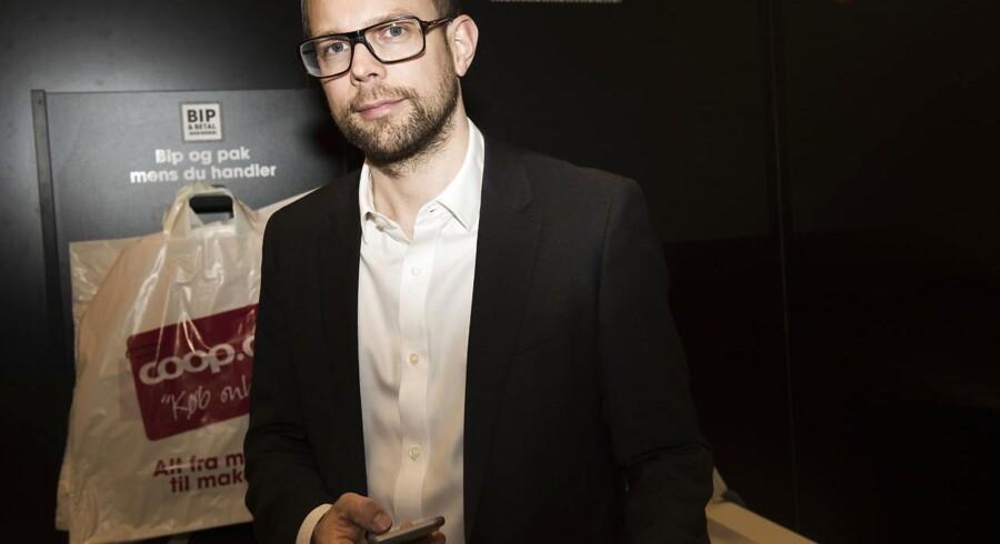 Coop-ledelsen vælger 37-årige Kræn Østergård Nielsen til at afløse koncerndirektør Per Toelstang, som stoppede tilbage i februar efter omfattende IT-problemer. Den nye direktørs eneste svaghed er, at han ikke er kvinde, lyder det fra topchef Peter Høgsted, der gør klar til et generationsskifte i detailkæmpens ledelse.