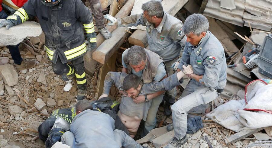 En mand bliver reddet ud af ruinerne i live, efter et stort jordskælv natten til onsdag ramte Amatrice og flere andre mindre byer i det centrale Italien.