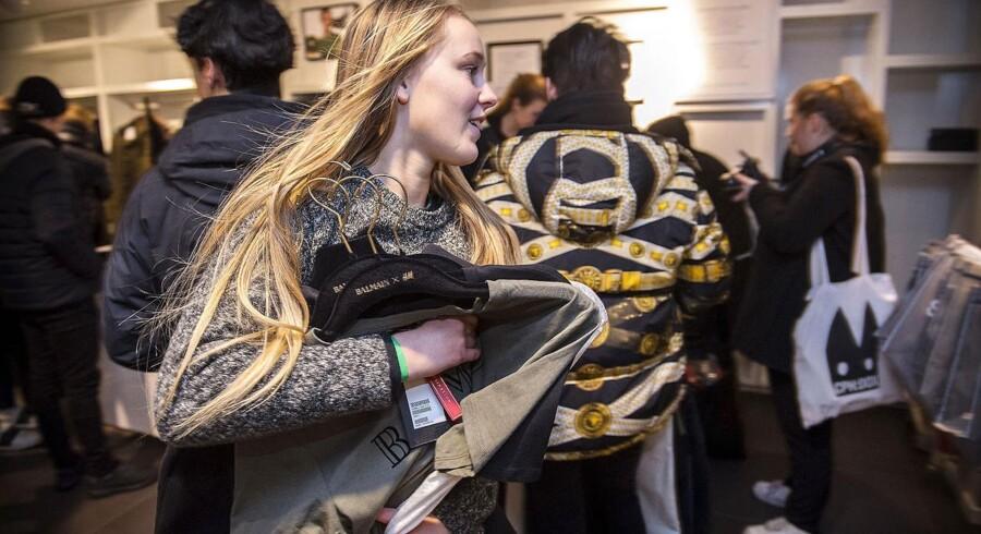 Kl 09.00 torsdag morgen var en forløsning for en række unge, der i flere dage havde ligget i kø, for at komme først ind i Hennes & Mauritz-butikkerne, der på det tidspunkt frigav en tøjserie, der var fremstillet af Balmain-designeren Olivier Rousteins i et begrænset oplag .På billedet ses 16-årige Silja Lind 16 år fra Helsingør, på vej til kassen. Hun fik ikke fik helt hvad hun kom efter, men fik alligevel brugt for 4.000 kr.