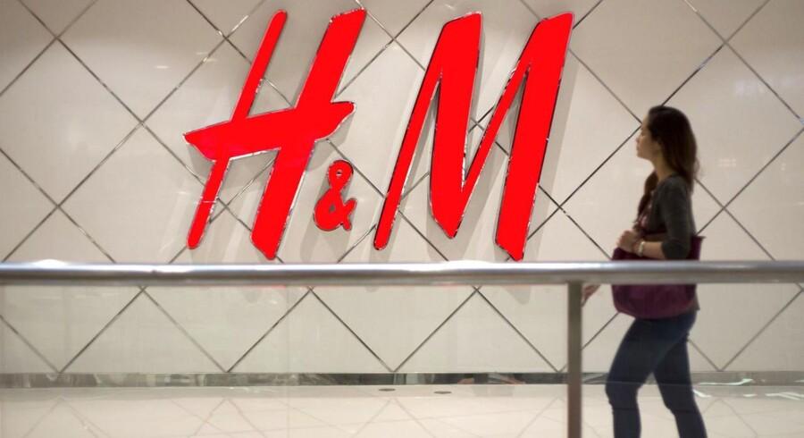 Svenske Hennes & Mauritz har i mange år stået som et af Nordens absolut mest succesfulde selskaber med butikker i hele verden, men lige for tiden er smilene væk på ledelsegangen.