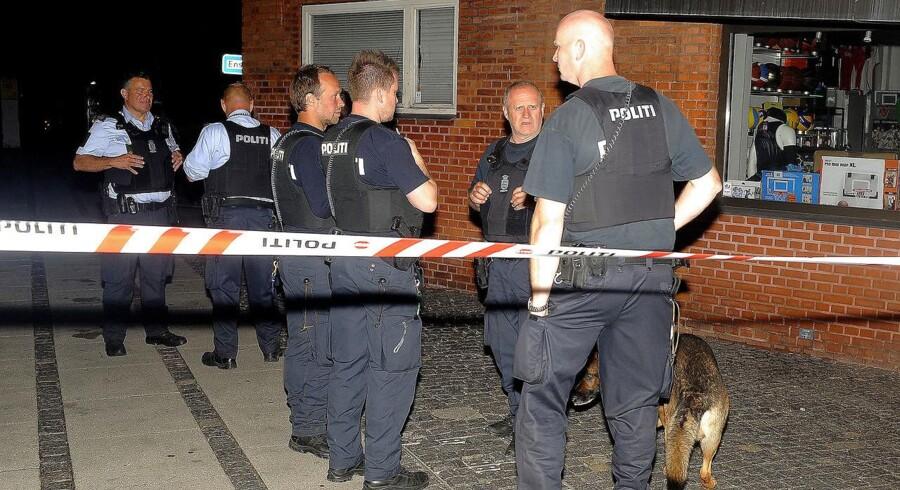 Mand skudt i hovedet på Peter Bangsvej d 16 Juni 2016, talstærkt og sværtbevæbnet Politi er mødt op og står her på Peter Bangsvej mens de får nærmere dessiner.