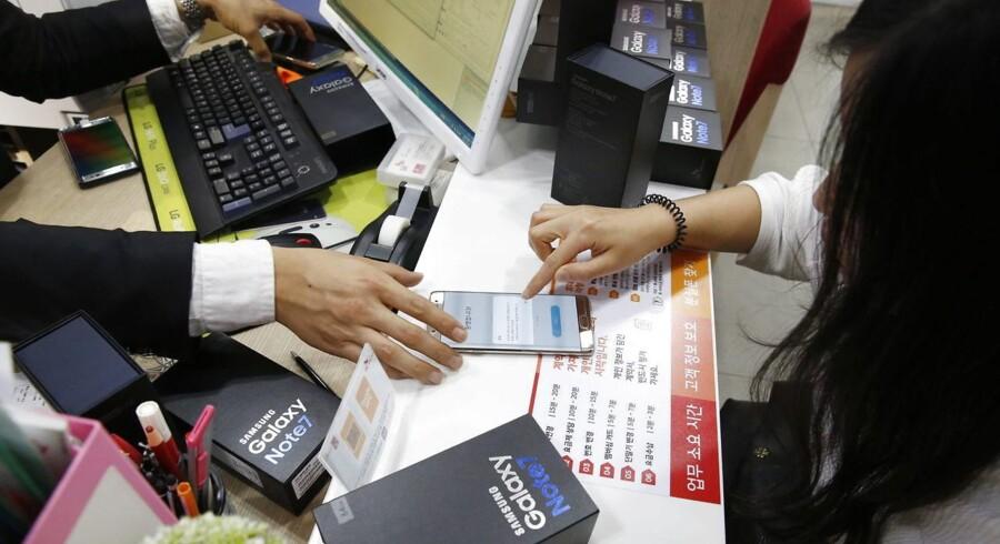 Samsung begyndte allerede mandag i denne uge at udlevere nye og kontrollerede Galaxy Note 7-telefoner til køberne i hjemlandet Sydkorea og er nu også begyndt i USA. Her et blik fra en forretning i den sydkoreanske hovedstad Seoul. Foto: Jeon Heon-kyun, EPA/Scanpix