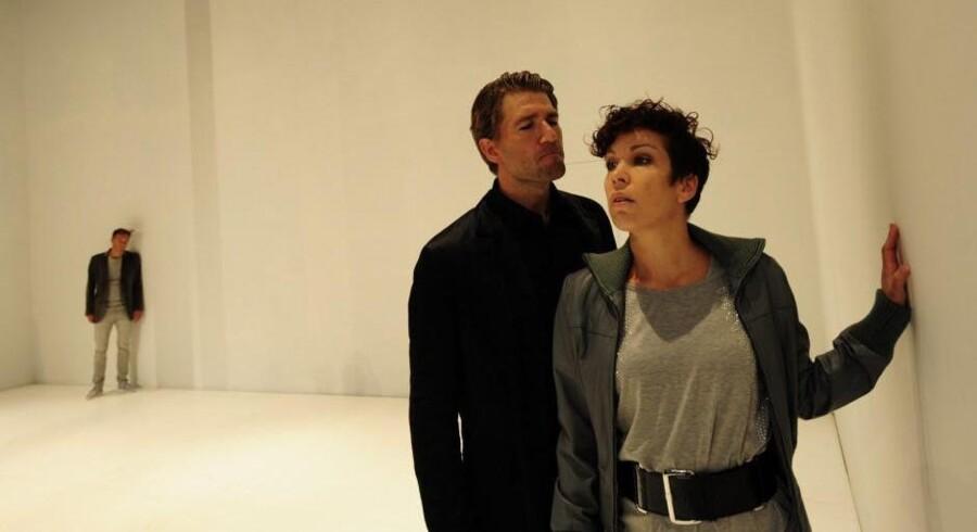 """Jens Søndergaard (Don Juan) og Zerlina (Tuva Semmingsen) i """"Don Juan"""" på Folketeatret. Foto: Den ny opera"""