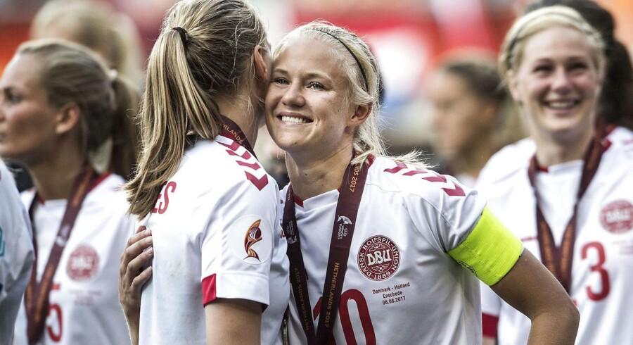 Søndag d. 6. august 2017. Fodbold. Kvinde EM Finale i Enschede. Holland vs. Danmark. Maja Kildemoes, Danmark og Pernille Harder, Danmark, efter kampen. (Foto: Anders Kjærbye/Scanpix 2017)