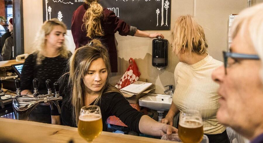 Vesterbros nye madmarked - WestMarket - har åbnet dørene. Et madmarked, der gerne skal være billigere end Torvehallerne og repræsentere alle prisklasser. Fra v Olivia Bach, Emma Ström og Olivia Egebjerg.