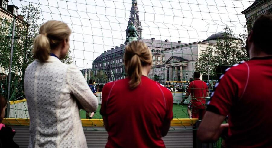 Kvindekommissionen anført af Helle Thorning-Schmidt mener, at fundamentet for dansk kvindefodbold smuldrer.