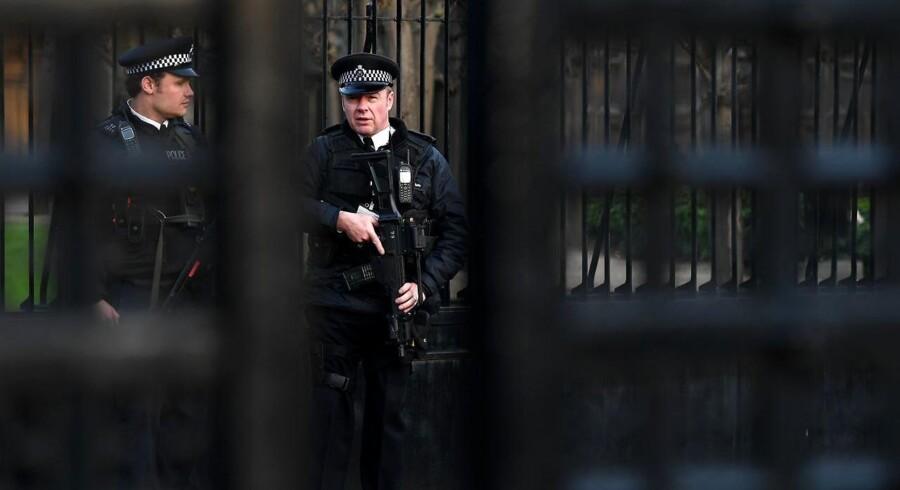 Armeret politi ude foran Westminster Palace i London.