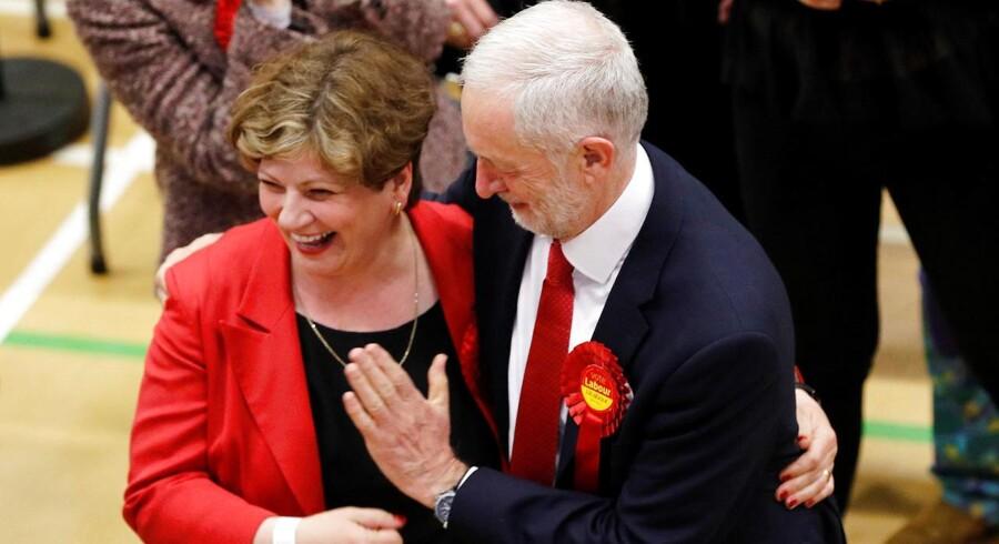 Jeremy Corbyns forsøger sig med en high-five med partikollegaen Emily Thornberry. Den festglade hånd lander dog lidt lavt.