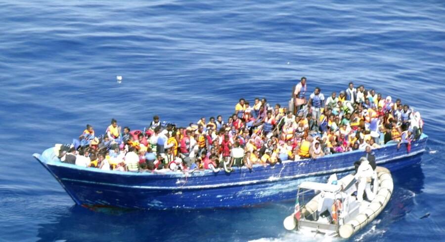 3000 mennesker på 18 fartøjer har sendt nødsignaler og er lørdag eftermiddag ved at blive reddet.