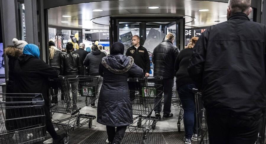 Natten til fredag har været en travl nat for mange danskere. Udover at der har været amerikansk fodbold på skærmen, har danskerne også købt, købt og købt på nettet.