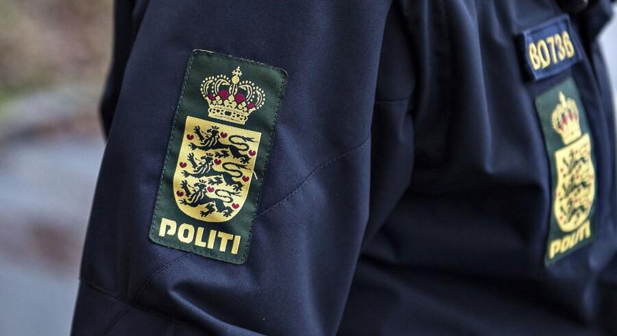Politiemblem - politimærkat på uniformsjakke ses under politiøvelse i Aalborg , onsdag den 6. december 2017. Det er den første af ialt 2 øvelser i december, hvor politiet iklædt taktisk udrustning øver sig i gadebilledet i Aalborg