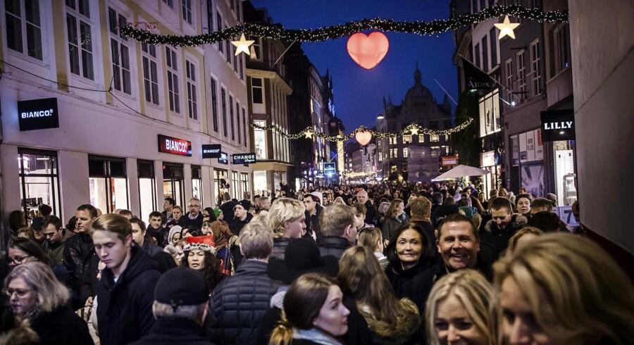 Julehandel. Travlhed og julestemning på Strøget i København.