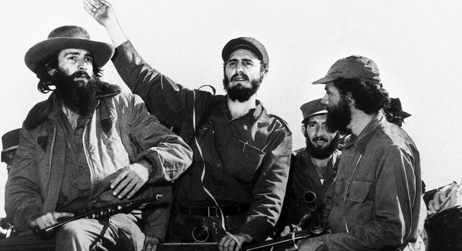 Fidel Castro ses på dette billede fra 8. januar 1959 sammen med de andre revolutionsledere Camilo Cienfuegos og Huber Matos på en jeep i Havana efter sejren over Fulgencio Batista.