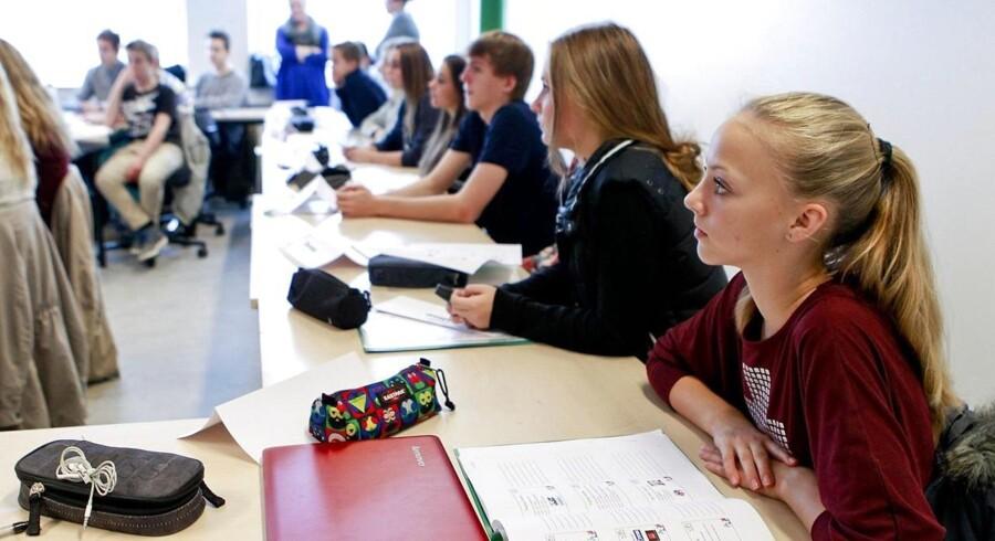 Såvel folkeskole- som gymnasieelever bør se Muhammed-tegningerne som led i undervisningen mener 57 procent af danskerne ifølge en Gallup-måling..