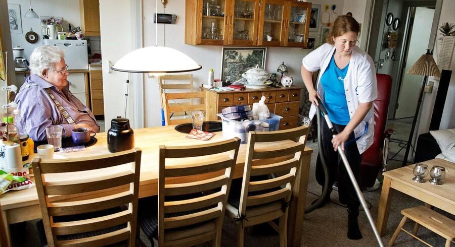 Dansk Erhverv opfordrer kommunerne til at rette blikket mod selve hjemmeplejen og evnerne hos dem, der skal tage sig af de ældre og andre svage borgere. På billedet: hjemmeplejer Tina Christensen.