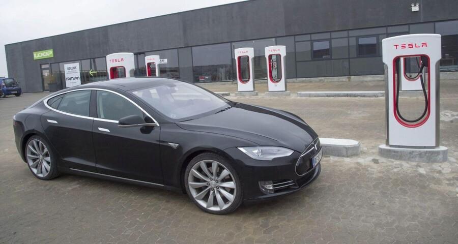 Teslas model S var den femtemest solgte bil i Norge sidste år med 4.000 solgte luksuselbiler. I Danmark solgte man 460.
