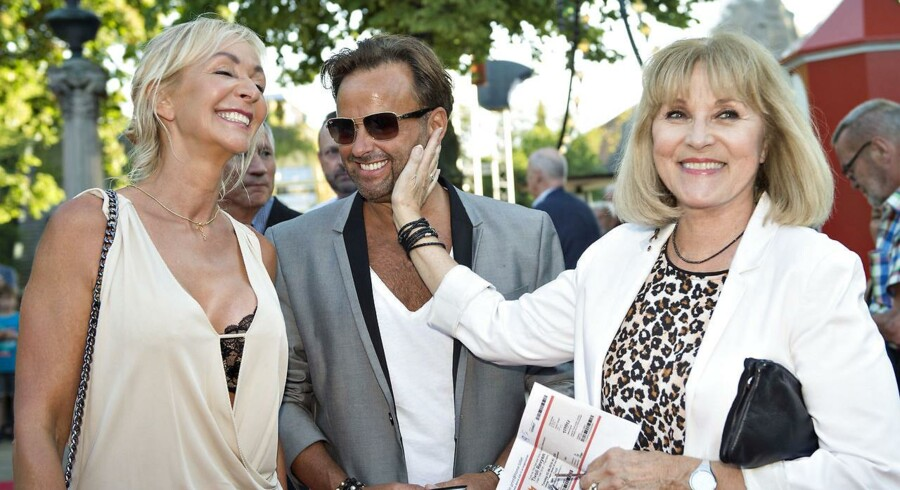 Dennis Knudsen har i årtier lavet hår- og makeup for danskere skuespillere. Her ses han sammen med Charlotte Bircow og Susse Wold til premiere på Tivolirevyen.