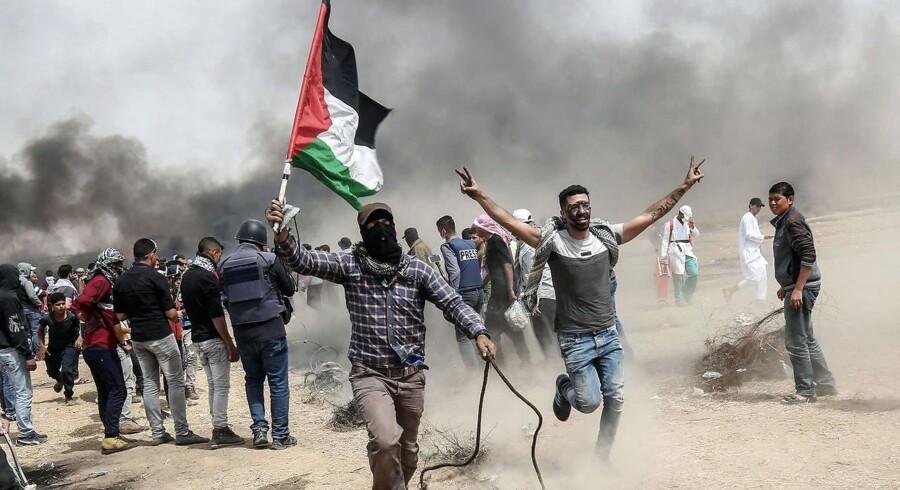 Palæstinensiske demonstranter i et sammenstød med israelsk militær 20. april øst for Khan Yunis i det sydlige Gaza.