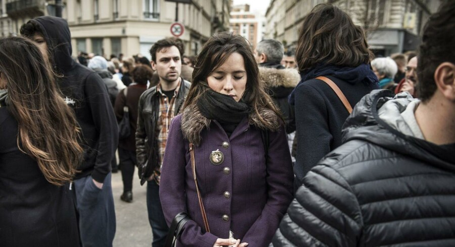 Folk samledes søndag foran gerningsstederne for at mindes terrorens ofre. Foto: Asger Ladefoged
