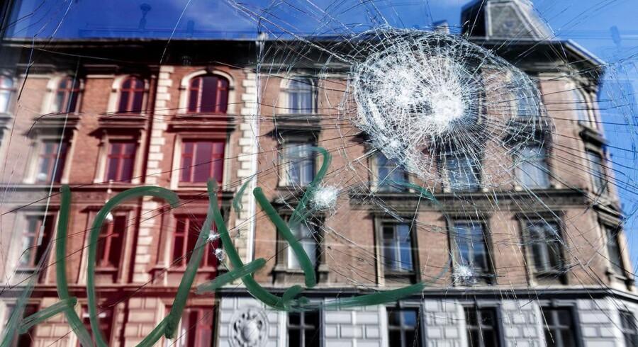 Demonstranter raserede ejendomsmæglere og banker på Nørrebro natten til søndag d. 9. august 2015. Ca. 200 autonom lignende typer klædt i sort smadrede ruder, malede grafitti og kastede molotovcocktails, sten og flasker efter politiet. To er blevet anholdt for henholdsvis besiddelse af en kniv og et slagvåben. Her er det en bankrude på Nørrebrogade.