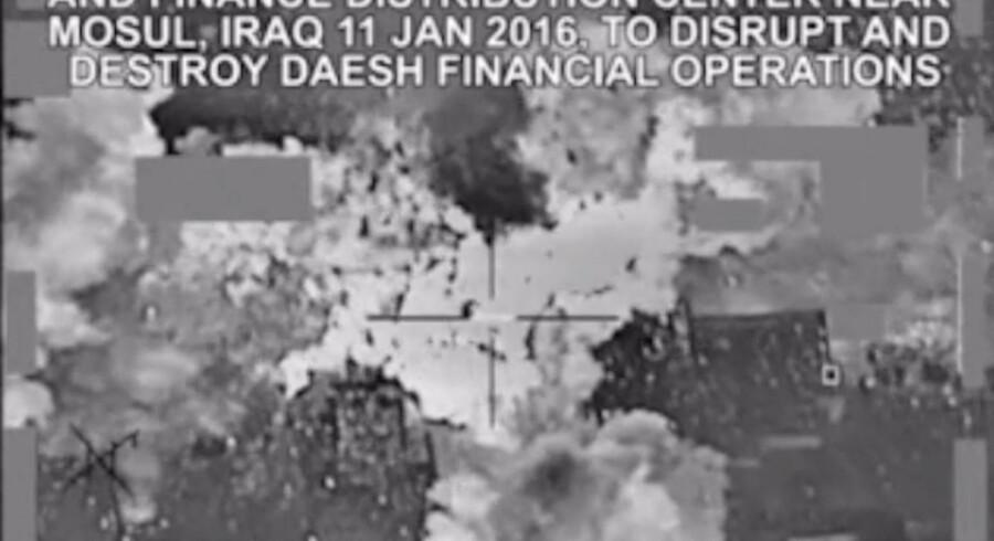Pentagon offentliggjorde forleden en video, som viser en sky af pengesedler, som blæses i alle retninger, efter at et amerikansk bombefly har ramt et IS-mål.